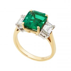 200-00257 | Emerald Ring with Diamonds